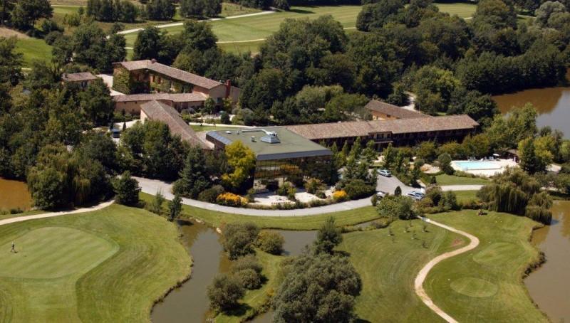 Le club du Gouverneur avec au premier plan l'hôtel Best Western
