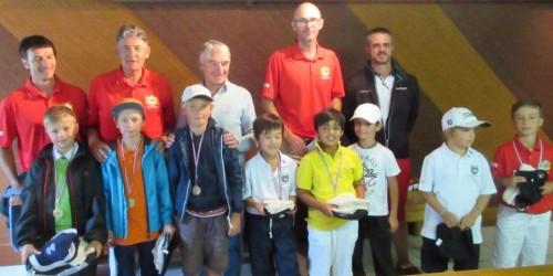 Les responsables du comité départemental de l'Isère, autour du président José Meseguer, avec les lauréats de l'étape du circuit départemental moins de 10 ans.