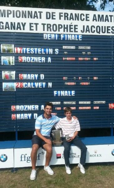 Face au tableau des scores, le tout jeune Dimitri Mary pose à côté d'Antoine Rozner (Racing) l'expérimenté tenant du titre