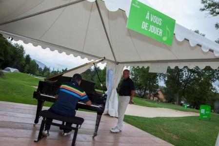 Rock'n'golf, mélange de musique et de golf, à l'image de ce piano posé juste à côté du green du 18e trou. Photo ©Rock'N'golf / E. Perdu