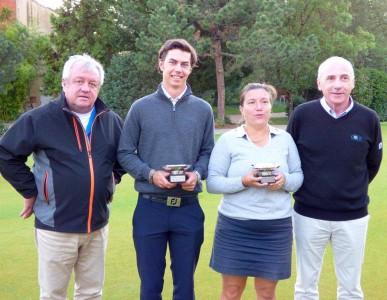 Les deux lauréats, Julie Toletti et Arthur Ameil-Planchin, autour de Maurice Villard, président de la Ligue Rhône-Alpes, et Hugues Fournier, directeur du golf du Gouverneur / Photo P.Perret