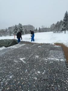 Les équipes du Golf du Mont d'Arbois en pleine préparation du 6 trous sur neige