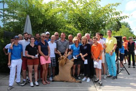 Les gagnants de la Caribou's Cup avec la mascotte du jour - ©A. Prost / Golf Rhône-Alpes Magazine
