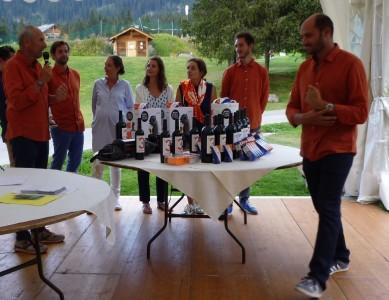 Lors de la remise des prix, la famille Koehl a revêtu les couleurs de la société (orange et bleu) © JM.C.  / Golf Rhône Alpes Magazine