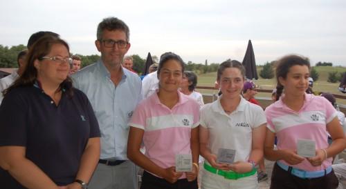 Le podium féminin : Lea Truong et Ilham Zentout (Lyon Salvagny) entourent Pyrène Delample (Trois Vallons) - Photos © C. C.  / Golf Rhône Alpes Magazine