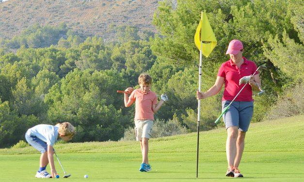 Golfer en famille avec son enfant