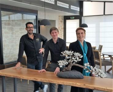 Edward Cristaudo (à gauche) peut avoir le sourire après cette distinction, tout comme le reste de l'équipe dirigeante du Domaine de Saint-Clair, Cyril Tapie De Celeyran, directeur du golf, et Hélène Georjon, directrice de l'hôtel-restaurant.